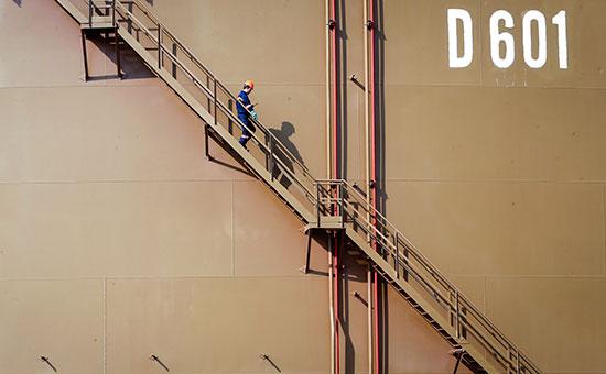 Рабочий спускается вниз по лестнице на нефтехранилище в средиземноморском порту Джейхан, котороенаходится в ведении государственной нефтегазовой трубопроводной корпорации Botas
