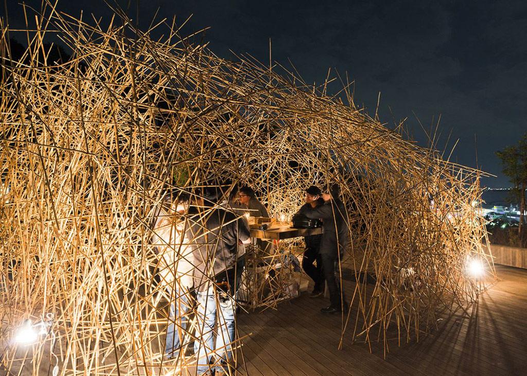 Проект «Японский бар» — это необычная конструкция из шести панелей, выполненных из бамбука. Чтобы соорудить такую постройку, Мацумото потребовалась всего пара дней