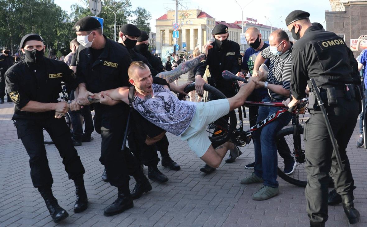 Полицейские задерживают протестующего во время митинга в Минске, Белоруссия