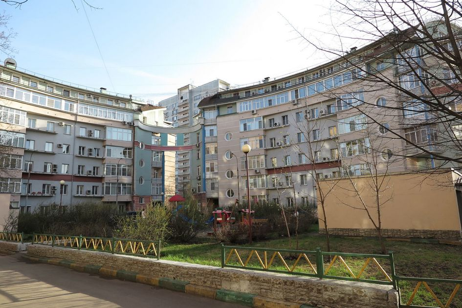 По такомуже проекту архитекторы надстроили три дома на соседней улице —2-й Владимирской