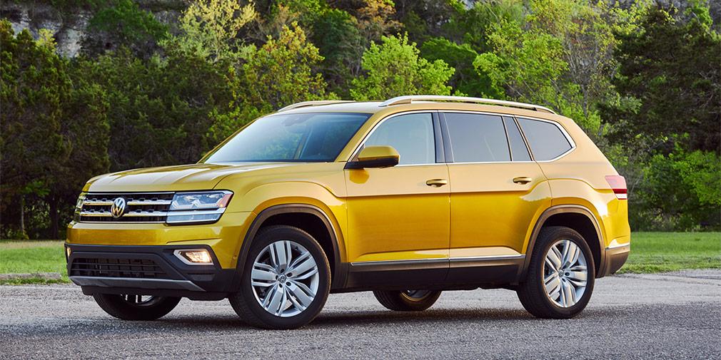 Volkswagen Teramont  Заказы на самый большой кроссовер в линейке Volkswagen начнет принимать в ноябре. В Россию будут импортировать из США, причем у нас Teramont будет дешевле, чем более компактный Touareg. В России новинка будет представлена только с бензиновыми моторами объемом 2,0 (238 л.с.) и 3,6 л (280 л.с.) и восьмиступенчатым «автоматом». Все версии, включая базовую, получат полноприводную трансмиссию.