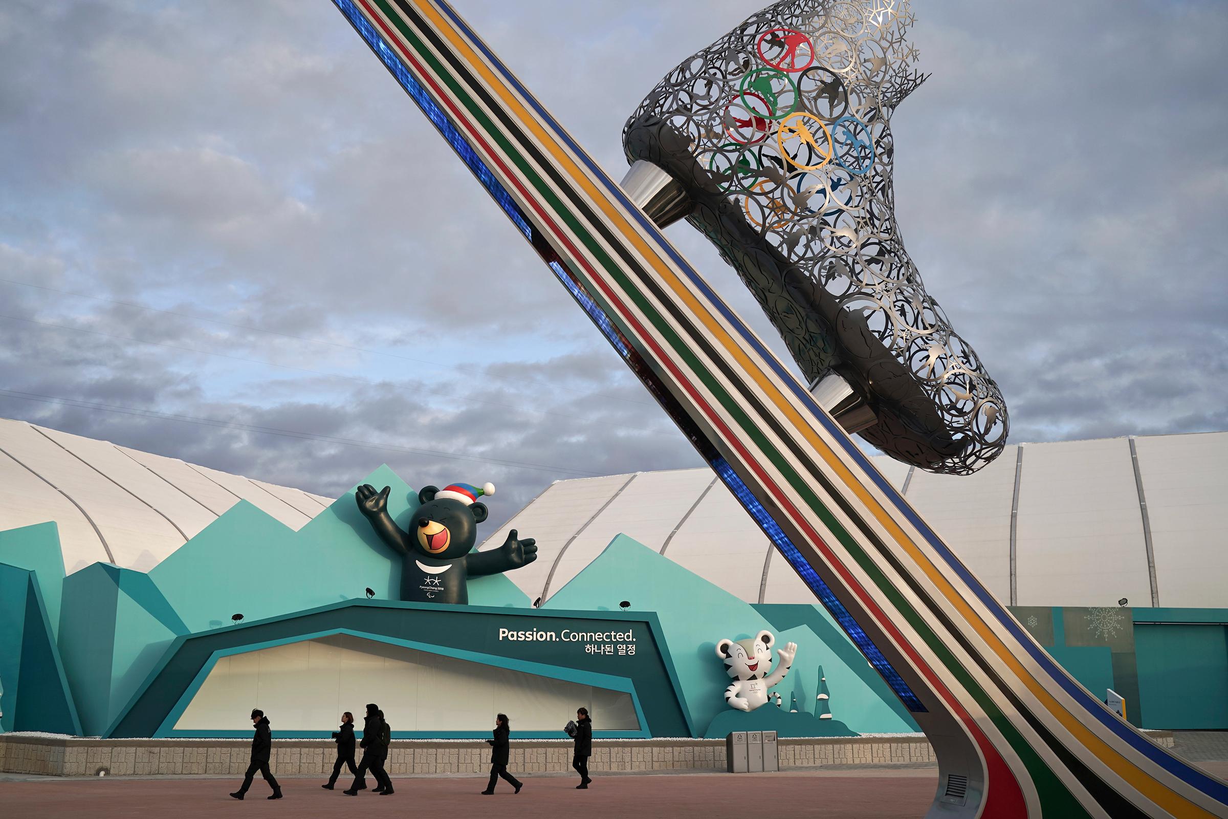 Основные объекты зимних Олимпийских игр расположены в двух городах — Пхёнчхане и Канныне. Первый расположен в горной местности, там находятся главный пресс-центр, центр международного телевизионного вещания и стадион, на котором состоятся церемонии открытия и закрытия Игр. В прибрежном Канныне пройдут соревнования по хоккею, фигурному катанию, конькобежному спорту, шорт-треку и керлингу.
