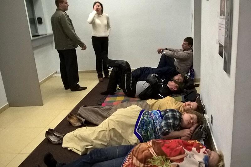 Валютные заемщики в фойе офиса ВТБ24 в башне «Федерация» в Москве