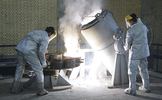 Рабочие на заводе по конверсии урана, расположенном южнее Тегерана, город Исфахан