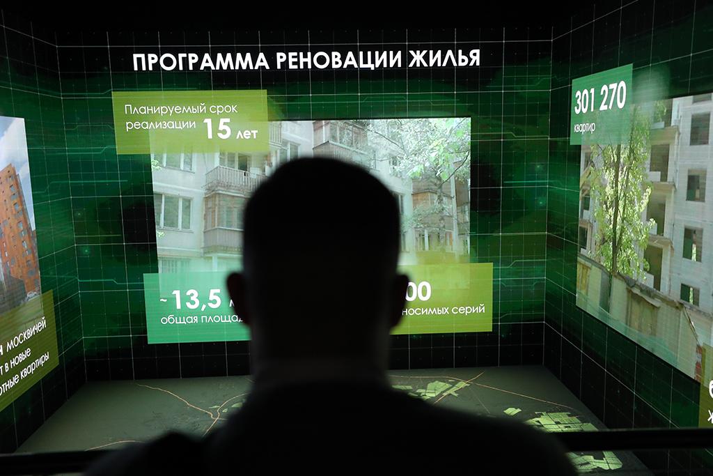 На урбанистическом форуме москвичам впервые показали интерьер будущих квартир в новостройках, куда переселят тех, кто проголосовал за программу реновации. Инсталляция в реальном масштабе воспроизводит типовой этаж с четырьмя квартирами, отделанными по новым стандартам благоустройства