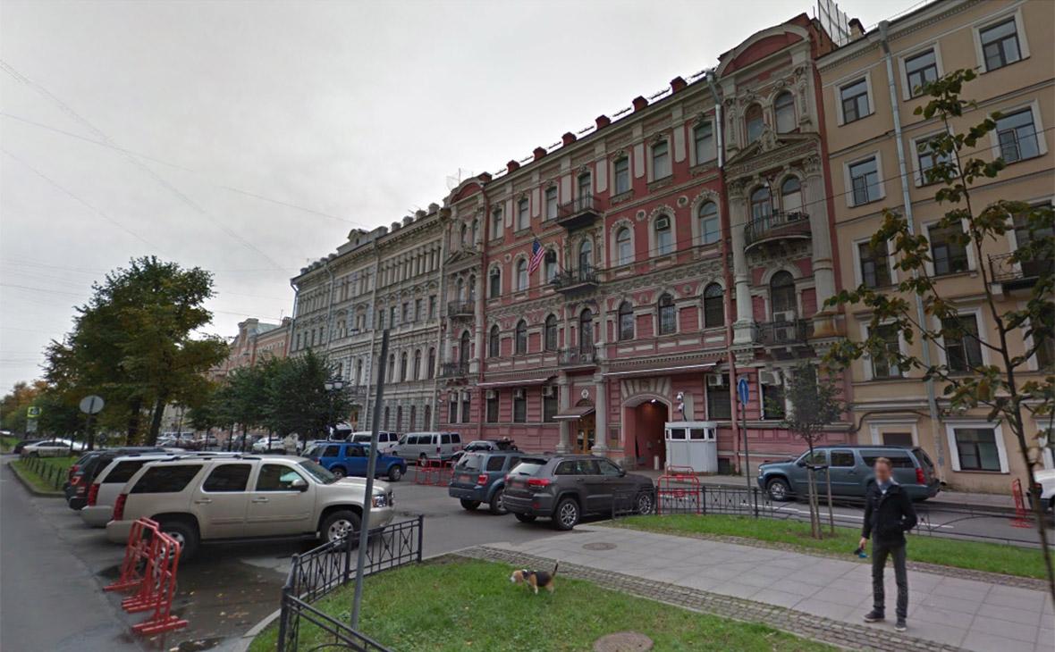 Парковка около здания консульства США в Санкт-Петербурге. Октябрь 2016 года