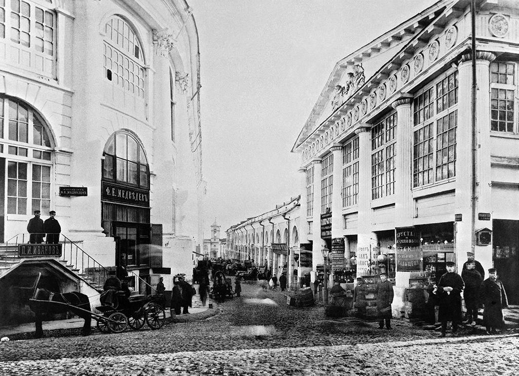 Вид на Хрустальный переулок с улицы Ильинка. Средние городские ряды