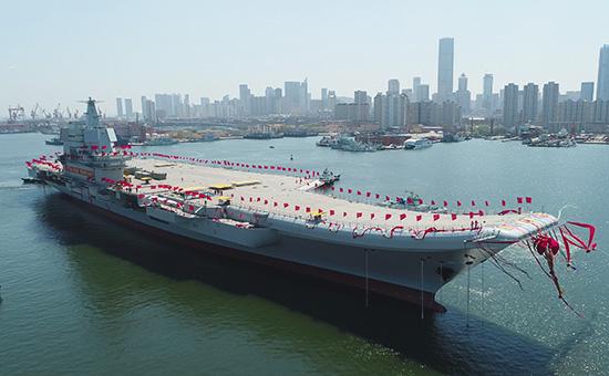 Первый авианосец собственной постройки Китая в порту Далянь