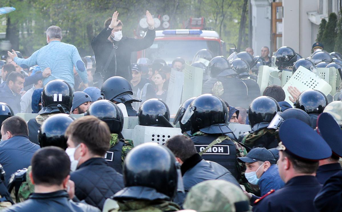 Сотрудники правоохранительных органов и участники митинга против режима самоизоляции на площади Свободы у Дворца правосудия во Владикавказе 20 апреля 2020 года
