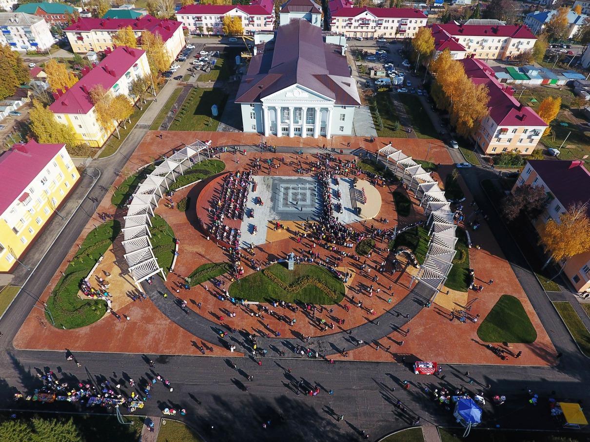 Программа благоустройства 45 муниципальных районов Татарстана была запущена четыре года назад и рассчитана до 2022 года. За время действия программы в республике реконструировано и построено с нуля 328 парков, скверов, улиц и набережных. Некоторые из проектов благоустройства были разработаны казанским бюро «Архитектурный десант». Они, как и другие проекты программы, создавались при активном участии местных жителей, которые определяли, какие функции появятся в том или ином районе