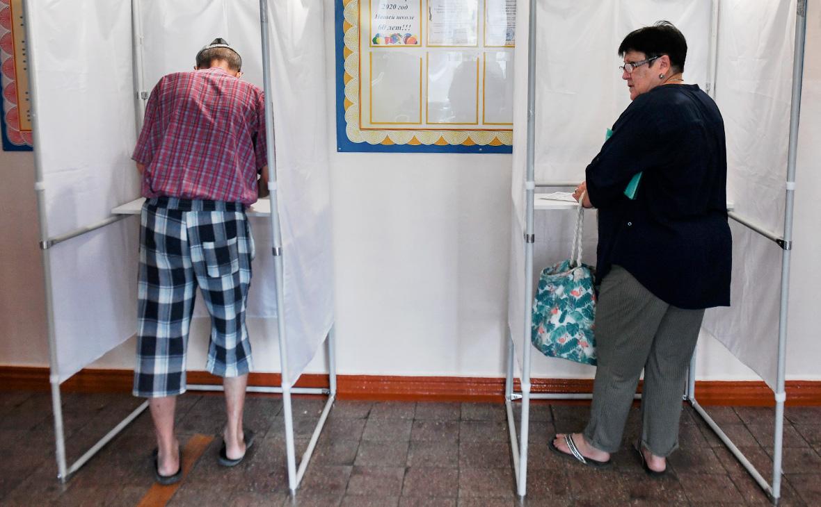 Избиратели голосуют на выборах губернатора Севастополя