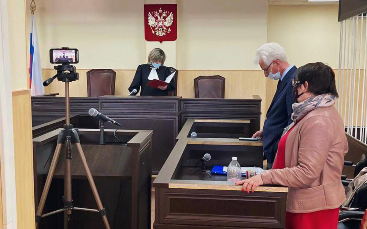 Михаил Бирюков и Юлия Галямина на заседании в Новгородском областном суде