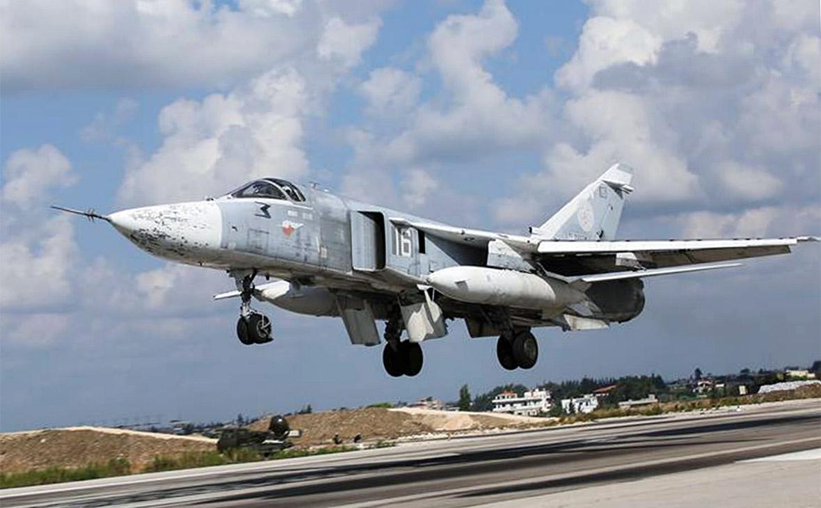 Российский фронтовой бомбардировщик Су-24М взлетает с аэродрома Хмеймим в Сирии