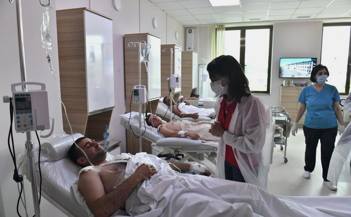Супруга премьер-министра Армении Анна Акопян (в центре) общается с ранеными