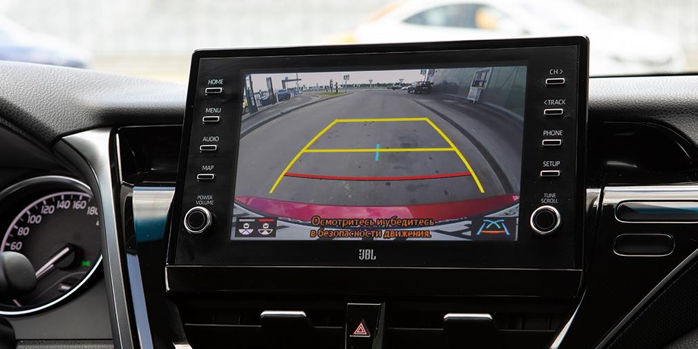 В обновленной «Камри» вроде бы новая медиасистема с торчащим из передней панели планшетом, но она по-прежнему работает с ленцой и даже подтормаживает. Правда здесь наконец появились протоколы Apple CarPlay и Andoid Auto