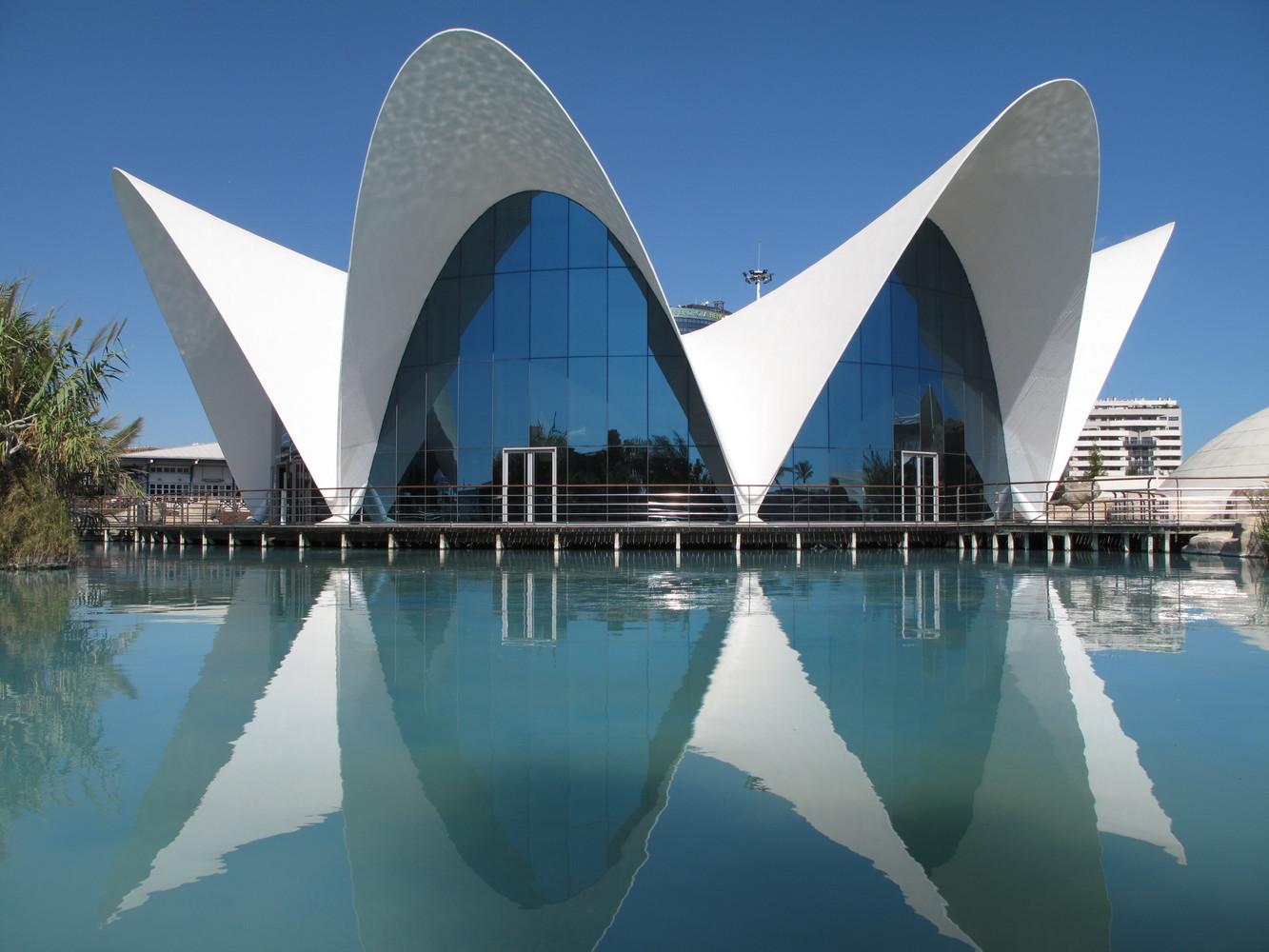 Здание ресторана Los Manantiales в Мехико было построено в 1958 году. Сам Кандела называл его «зонтиком», а в народе прозвали «цветком». Именно это здание и привлекло к творчеству Канделы внимание мировой общественности