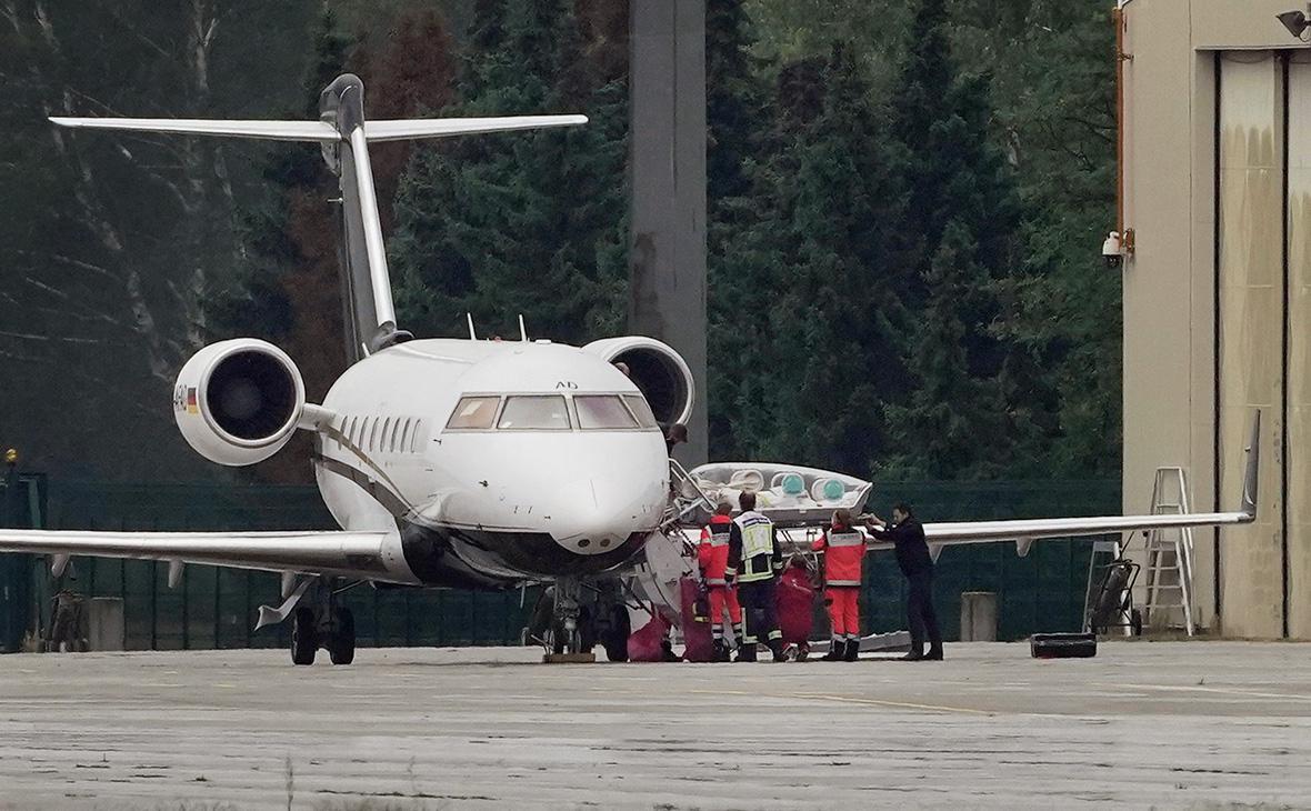 Самолет Bombardier Challenger 604 с Алексеем Навальным на борту во время прибытия в берлинский аэропорт, 22 августа 2020 г.