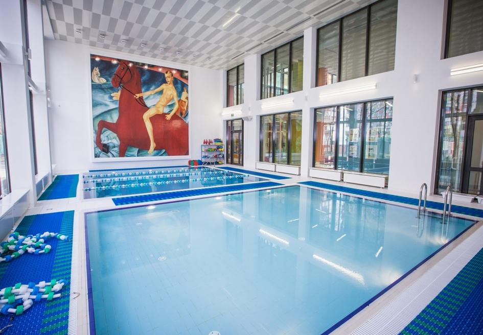 Также в спорткомплекс Хорошевской прогимназии входит большой 25-метровый бассейн с остекленным атриумом для зрителей на втором этаже