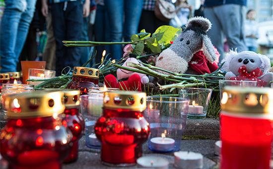 Свечи, цветы иигрушки наакции вПетрозаводске впамять одетях, погибших пришторме наСямозере вКарелии. 20 июня 2016 года
