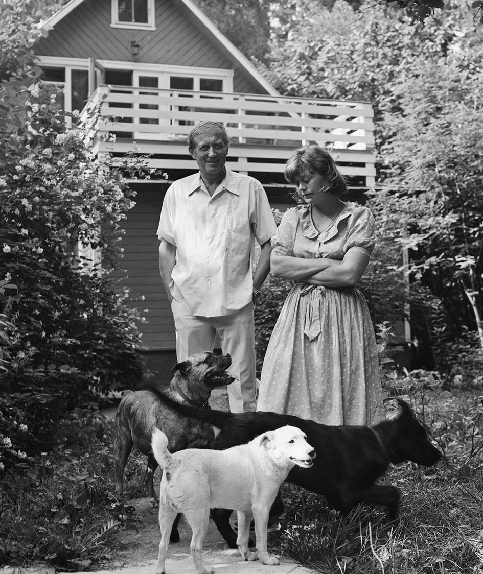Поэт Евгений Евтушенко с супругой Джен Батлер на даче в Переделкине. 1983 год
