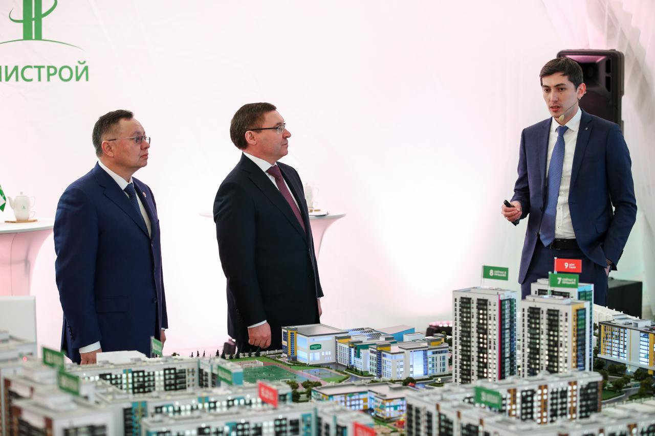 слева направо:министр строительства РТ Ирек Файзуллин, министр строительства РФ Владимир Якушев и гендиректор компании«Унистрой» Радик Салимгараев