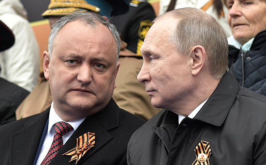 Игорь Додон и Владимир Путин наКрасной площади во времяпарада Победы