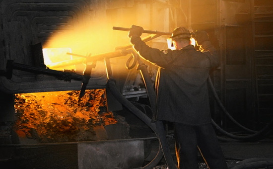 Сталевар вэлектросталеплавильном цехе волгоградского металлургического завода «Красный Октябрь»