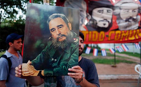 Мужчина держит в руках портрет Фиделя Кастро