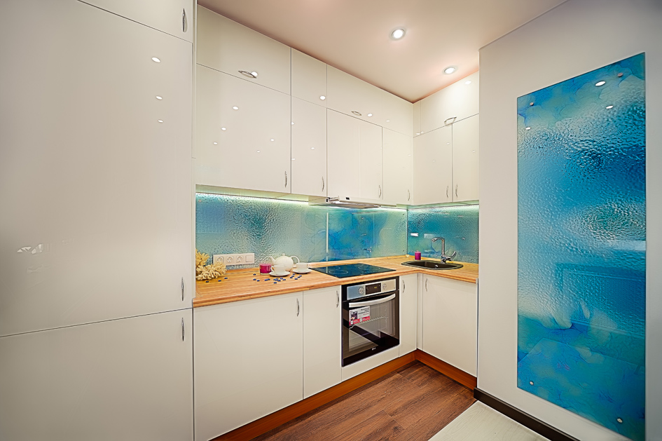 Смысловой центр дизайна—воздушно-пузырьковая панель, цвет которой могут менять хозяева дома