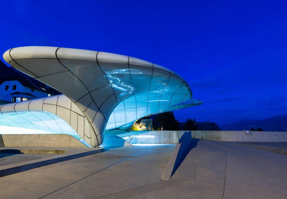 Четыре станции канатной дороги спроектированы из бетона и матового стекла в австрийском городе Инсбрук. Они имитируют застывшее движение воды, превратившейся в лед
