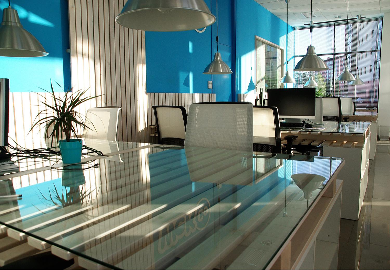 Кабинет с лаконичным стеклянным столом