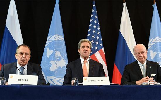 Министр иностранных дел РФ Сергей Лавров, госсекретарь США Джон Керри, спецпосланник ООН по Сирии Стаффан де Мистура (слева направо) напресс-конференции по итогам встречи Международной группы поддержки Сирии (МГПС)