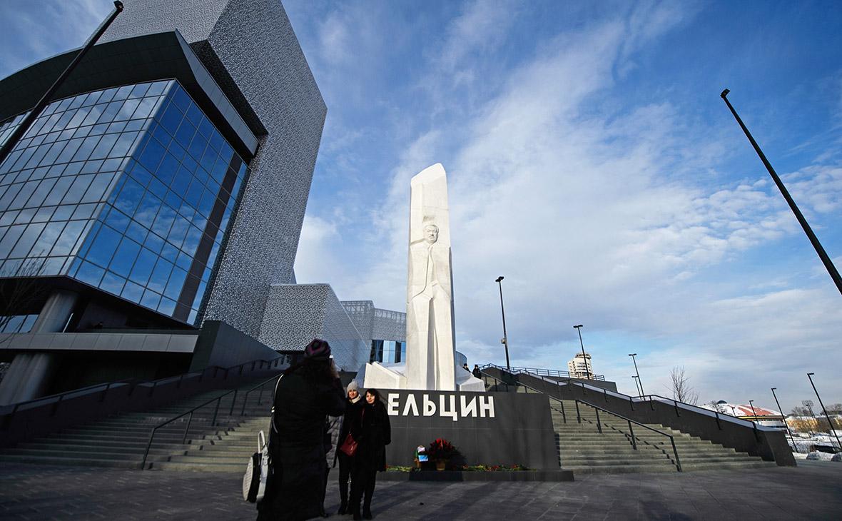 Памятник первому президенту России Борису Ельцину у здания Ельцин-центра
