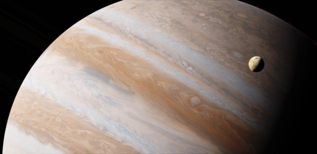 Спутник Ио на фоне Юпитера