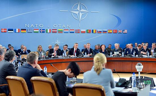 Генеральный секретарь НАТО Йенс Столтенберг беседует во время встречи министров обороны стран НАТО в штаб-квартире альянса в Брюсселе