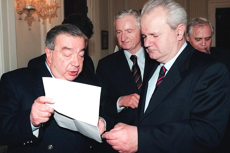 Премьер-министр России Евгений Примаков (слева) показывает документы президенту Союзной Республики Югославия Слободану Милошевичу