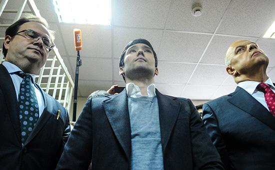 Cын вице-президента ЛУКОЙЛаРуслан Шамсуаров, обвиняемый поуголовному делу вотношенииучастников гонки навнедорожнике Mercedes-Benz Gelandewagen, передоглашением приговора вГагаринском суде