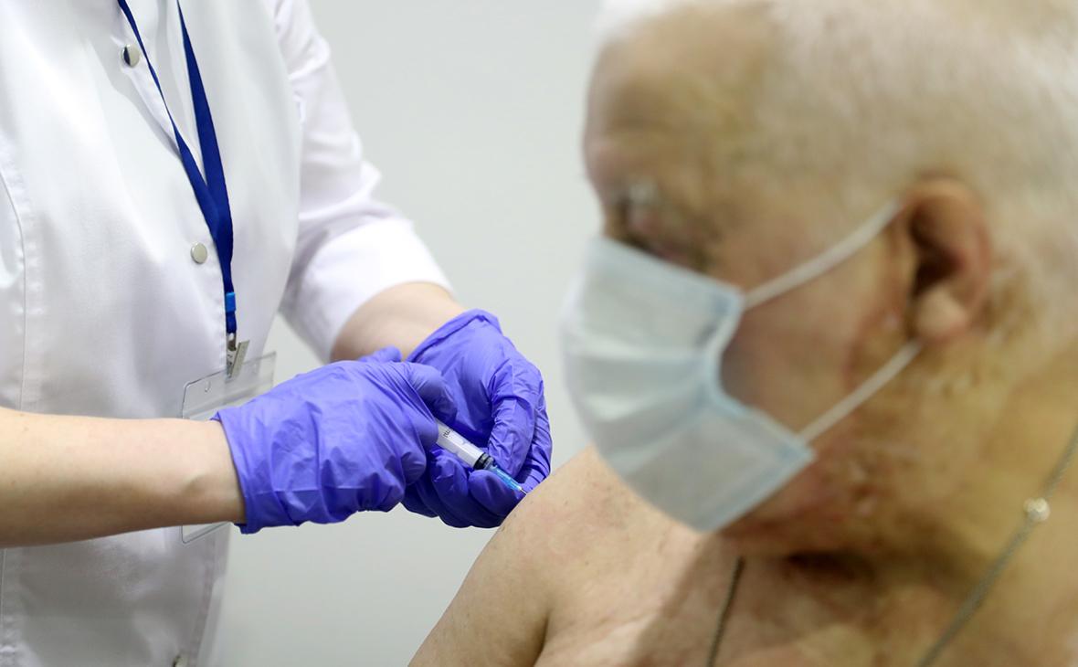 В Роспотребнадзоре посоветовали пожилым три дозы вакцины Вектора