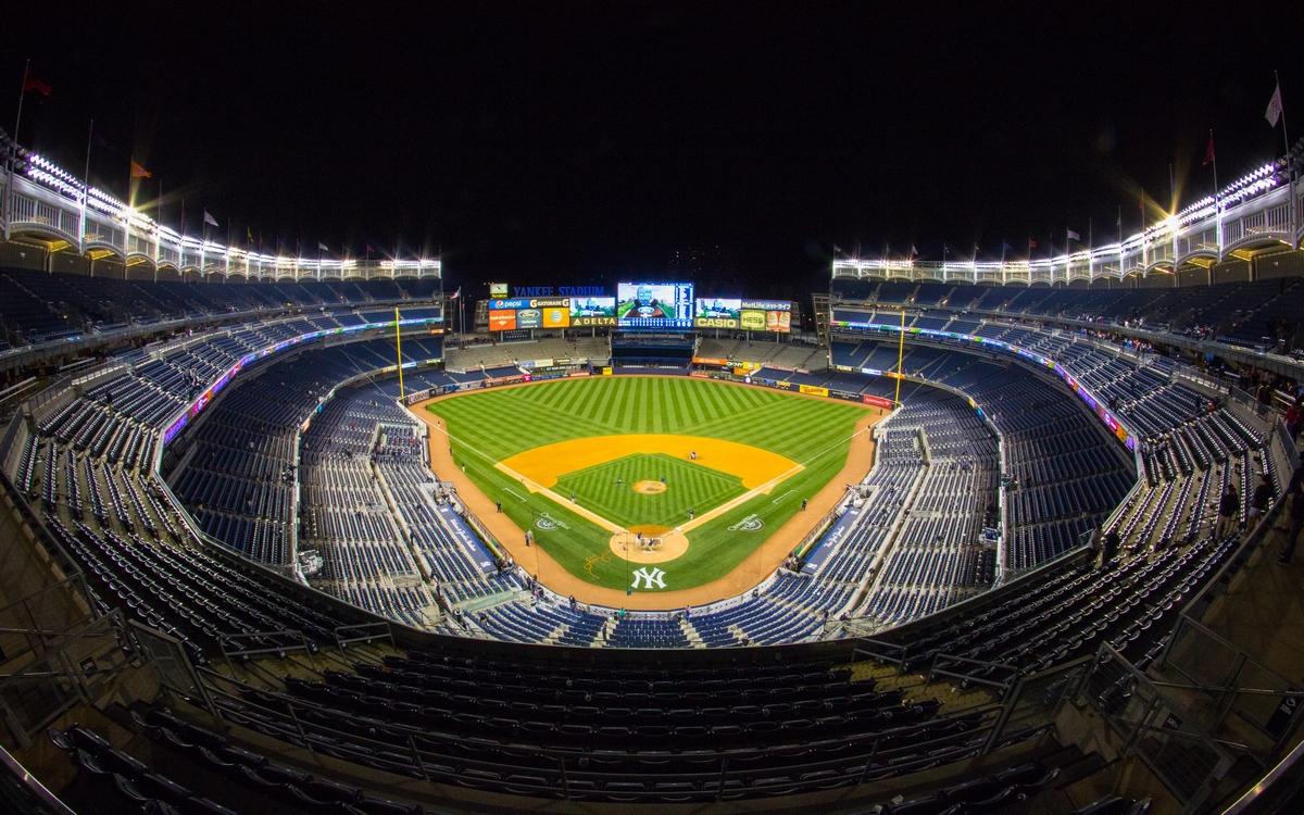 17–19. Стадион «Янки»   Нью-Йорк, США Стоимость строительства: $1,5 млрд     Стадион «Янки» в нью-йоркском районе Бронкс служит домашней ареной для бейсбольной команды «Нью-Йорк Янкис» и футбольного клуба «Нью-Йорк». Самый дорогой стадион в мире построили в 2009 году после 20-летних переговоров о его дислокации: владелец «Нью-Йорк Янкис» долго угрожал перевезти свою команду в соседний штат Нью-Джерси, пока не добился миллиардных субсидий от городского бюджета. В результате новую арену для «Янкис» возвели по соседству со старой. После завершения строительства старый стадион снесли, а на его месте разбили парк.