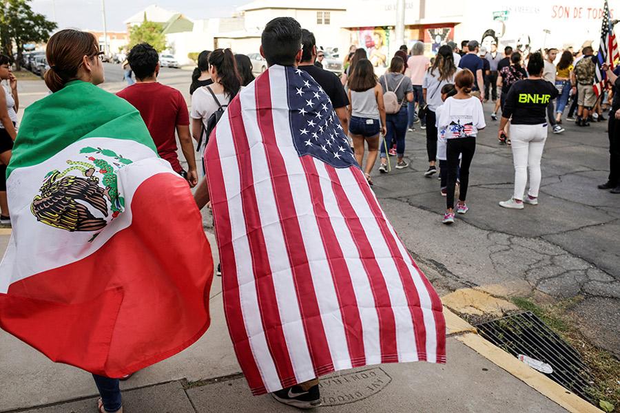 Люди с флагами Мексики и США на митинге в Эль-Пасо, Техас