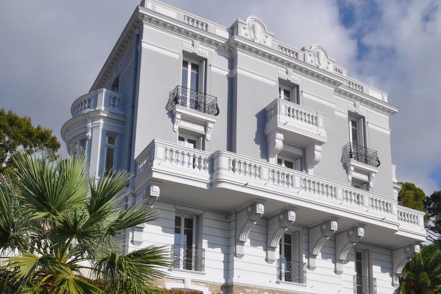 В 14-комнатном доме семь спален с ванными комнатами, три гостиных, две кухни, кабинет, винный погреб и игральный зал, сообщает Mansion Global
