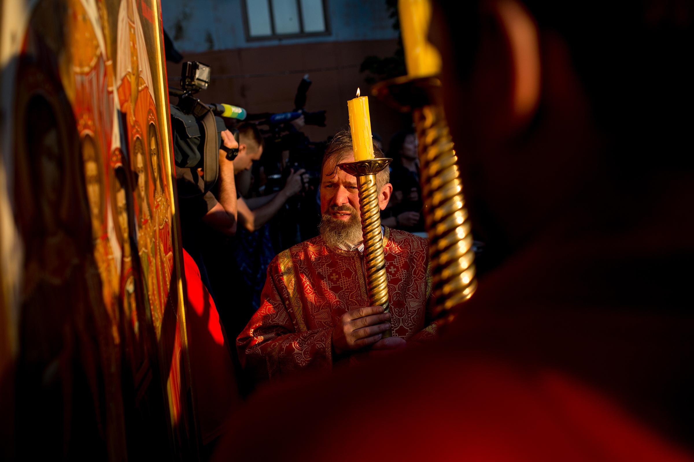 Молитвенное стояние прошлона территории храма Воскресения Христова в Кадашах в Москве