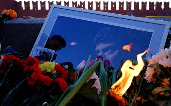 Цветына месте гибели политика Бориса Немцова.Большой Москворецкий мост. Февраль 2016 года