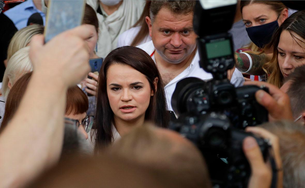 Светлана Тихановская (в центре)