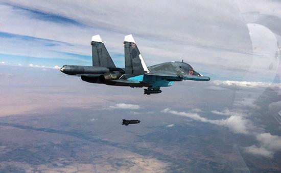 Истребитель-бомбардировщик Су-34 вовремя нанесения авиаударов впровинциях Ракка иАлеппо. (Стоп-кадры свидео, опубликованного Министерством обороны РФ)