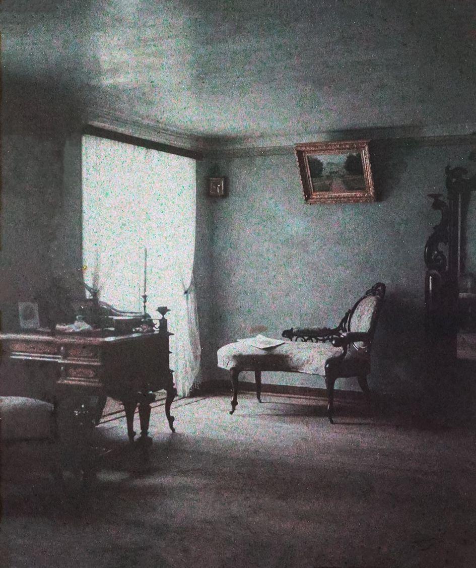 Интерьер одной из комнат квартир в доходном доме страхового общества «Россия» на Сретенском бульваре