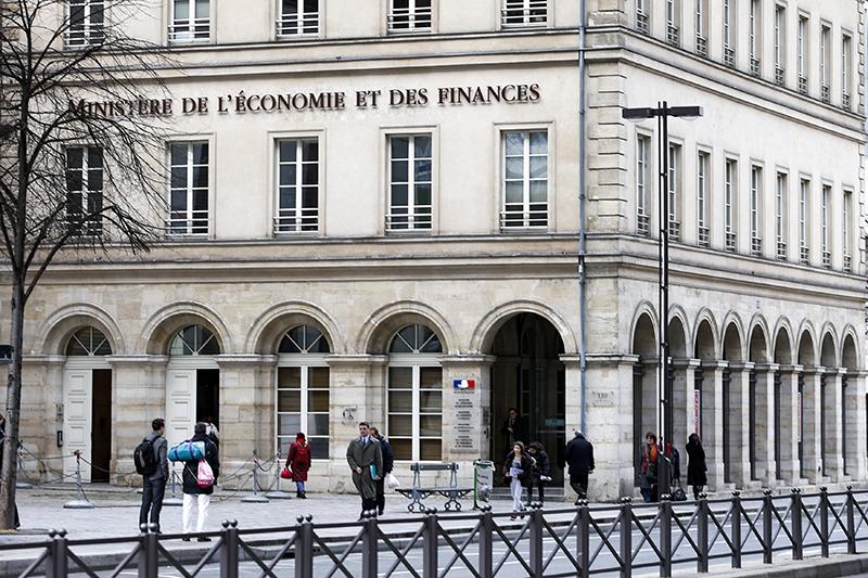 Франция    Во Франции работодатель сам платит социальные взносы за работника, но при этом всегда указывает в расчетной ведомости, какая сумма была уплачена. Общая сумма страховых отчислений в середине 2013 года составляла 15,5% от зарплаты.