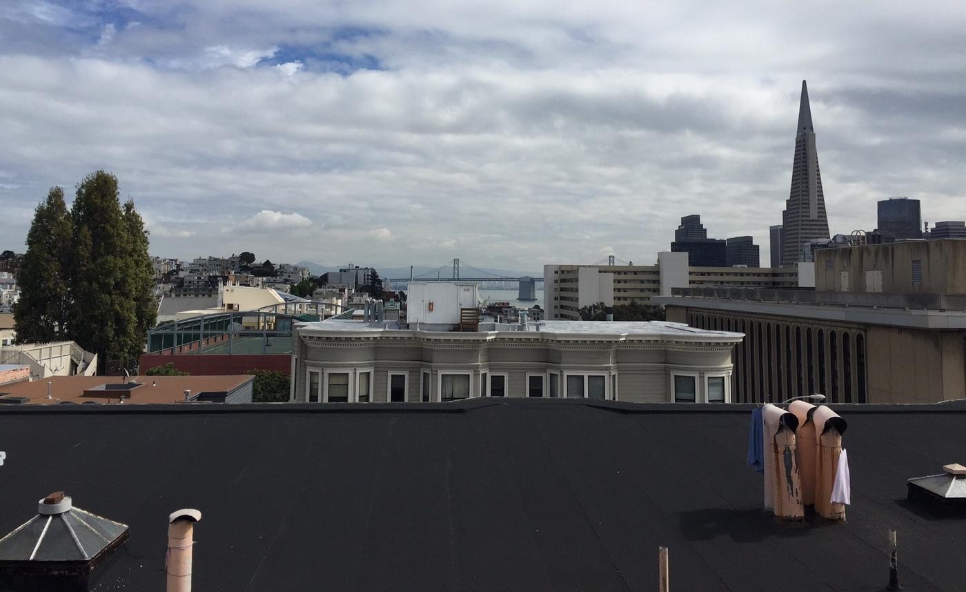 С крыши церкви Девы Гваделупской открывается вид намост «Золотые ворота» инебоскребы вцентре Сан-Франциско