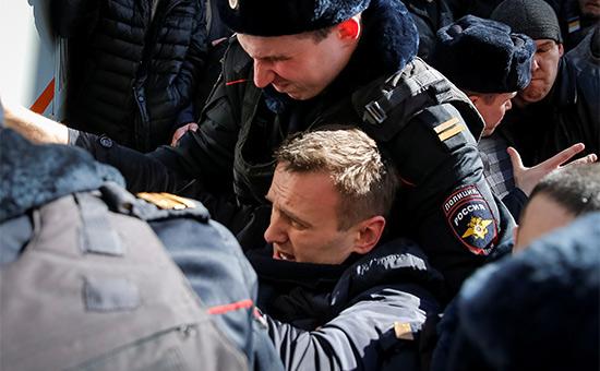 Сотрудники полиции задерживают Алексея Навального