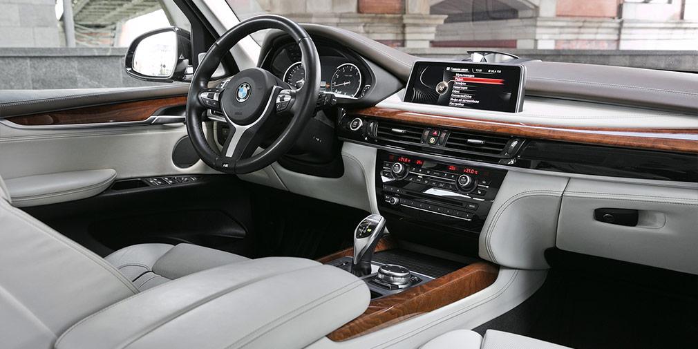 Единственный элемент всалоне, которыйнамекает на450-сильный мотор—это спортивный М-руль.